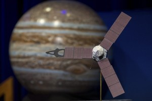 epa05408085 A handout picture made available on 04 July 2016 by the National Aeronautics and Space Administration (NASA) shows a model of the Juno spacecraft displayed at a press conference before Juno enters into Jupiter's orbit at the Jet Propulsion Laboratory (JPL) in Pasadena, CA, USA, 30 June 2016. NASA's solar-powered Juno spacecraft will perform a suspenseful orbit insertion maneuver as it arrives to Jupiter after its five-year journey, late 04 July 2016, according to NASA. The maneuver will slow down the spacecraft to around 542 meters per second in order to enter into Jupiter's orbit. When in orbit, Juno will orbit Jupiter 37 times within 20 months. Juno will be the first spacecraft to orbit the poles of Jupiter. The Juno mission launched on 05 August 2011 to Jupiter to collect data on the planetary core, map the magnetic field, and measure the amount of water and ammonia in the atmosphere.  EPA/NASA/AUBREY GEMIGNANI/HANDOUT  HANDOUT EDITORIAL USE ONLY